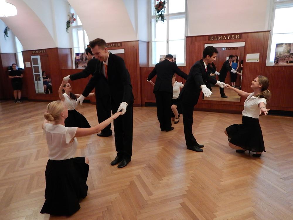 Review Adventures Disney - Dancing School of Elmayer